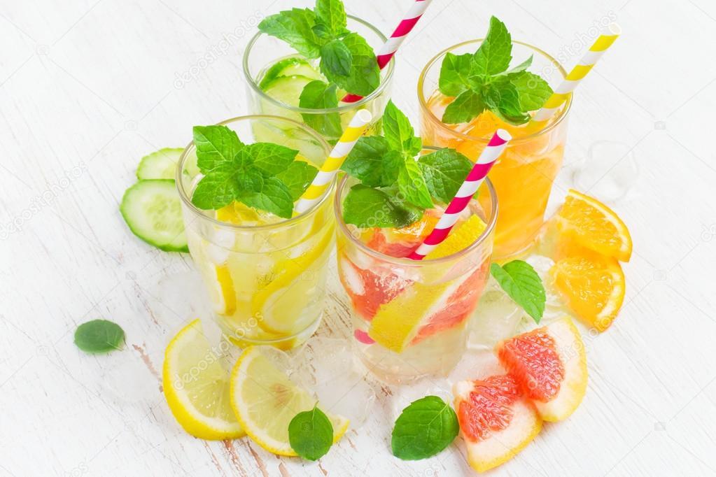 Sommer Getränke mit Eis, Minze und Zitrusfrüchten. Infundierten ...