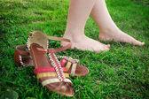 Fotografie Sie nahm ihre Sandalen und Spaziergänge barfuß auf dem Rasen