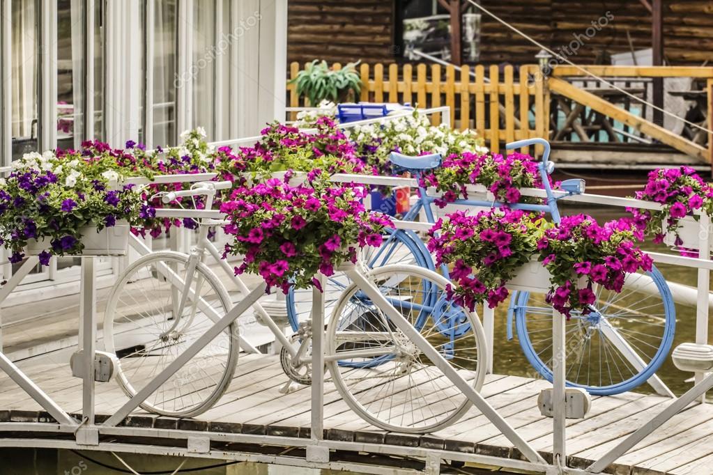 Bicicletas Pintadas De Blanco Y Azules Con Un Arreglo Floral