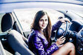 Fotografie krásná žena v autě