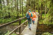 Turisté na dřevěný most