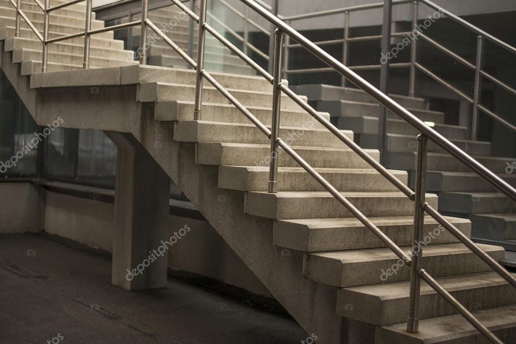 modernas escaleras de hormign u fotos de stock