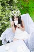 Fényképek kávét iszik nő