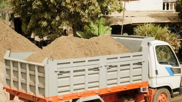 Rypadlo načítání písek do malý vůz