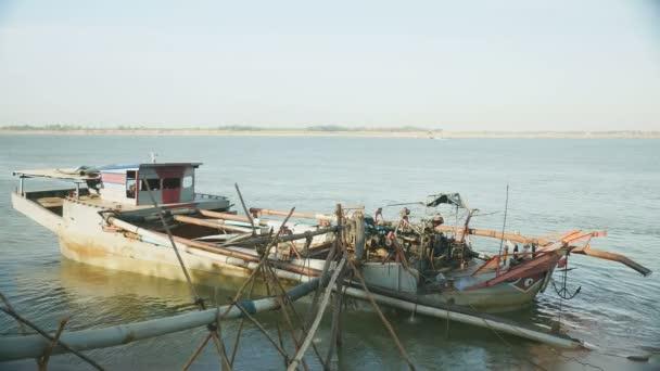 Kotrási hajó a folyóparton, a csővezeték rendszer tartsa a bambuszból készült botok mentesítés kotrási folyami homok