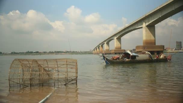 Horgászat hajóval anfd bambusz hal csapdába a folyó