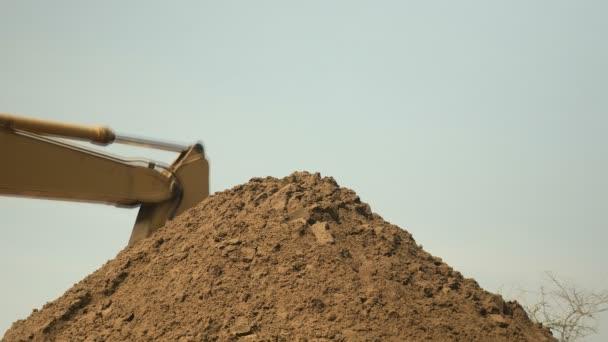 Kotrógép berakodás-ra egy halom homok homok