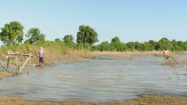 Halászok nettó casting a tóba kis fából készült platformok