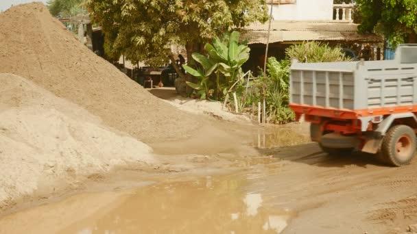 Malý vůz přijede v lomu Písek