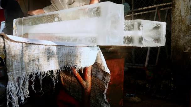 Rozkrájejte ledové bloky vedené v hrudi ledu před prodejem zákazníkům