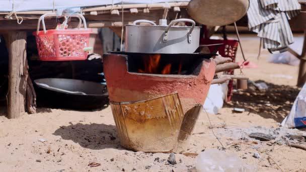 Detail hrnek rýže vařit na tradiční domácí sporák na břehu řeky