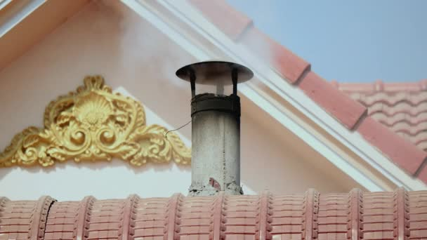 kouř stoupající z komína střechou domu na pozadí šikmé střešní Představujeme tradiční design