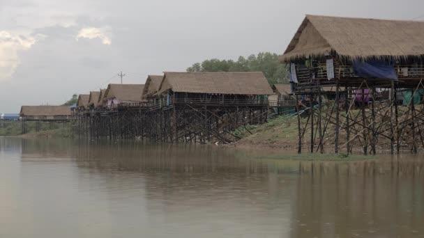 Uklizené řadu nábřeží domků s déšť padá přes jezero