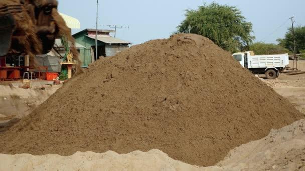 Rypadlo vybíjení a hromadily se písek na skládkách