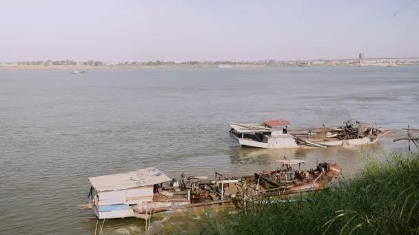 Písek, vytěžená čluny v provozu u břehu