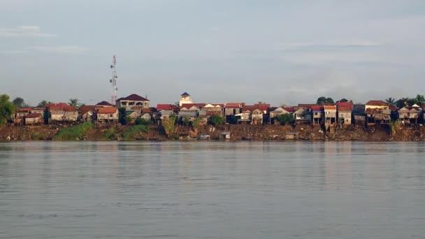Vesnice chůda domy na břehu řeky při odlivu