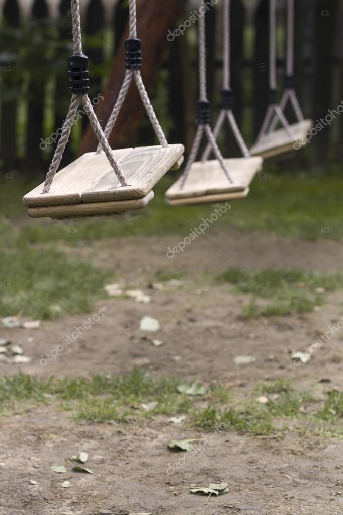 Columpios de niños vacía en el Parque — Foto de stock © macondos ...