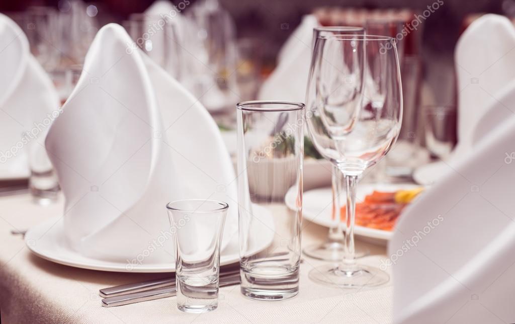 Servizio Al Tavolo.Servizio Al Tavolo Nel Ristorante Tovaglioli Bianchi E