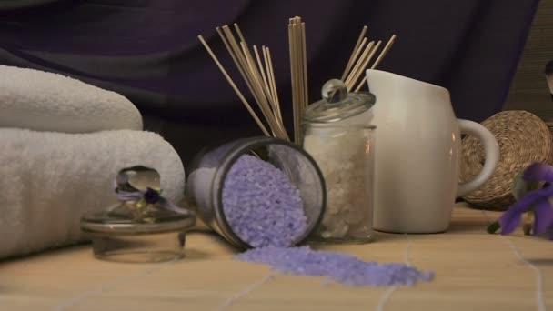 Lázně Zátiší s mořské soli drhnout a květin, svíčky