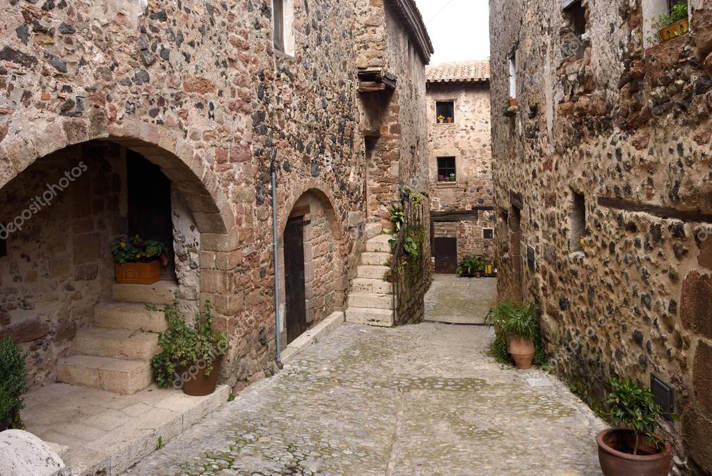 Straten in de middeleeuwse dorp van santa pau garrotxa provincie girona cataloni spanje - Casco antiguo de girona ...