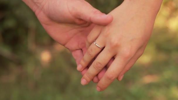 Gazdaság néhány kezet, és simogatni egymást
