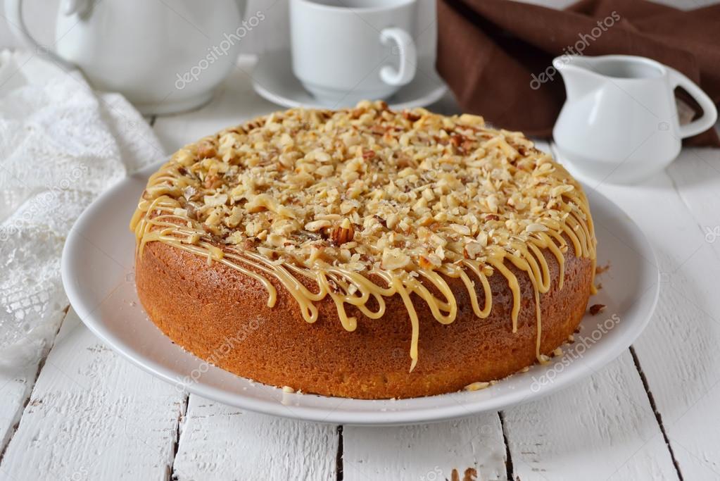 Kuchen Mit Karamell Kondensmilch Und Haselnussen Stockfoto