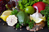 Čerstvé zralé zelenina, olivový olej, salát na černém pozadí