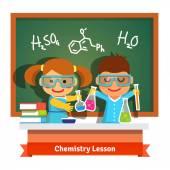 Fotografia Bambini che si divertono a lezione di chimica