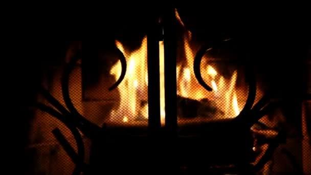 Tűz a sötét nappaliban paraván mögött.