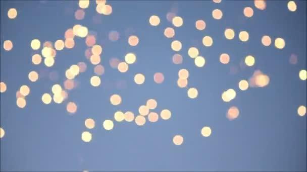 Rozmazané jisker a ohňostroje na pozadí modré oblohy