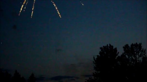 kis csoportok tűzijáték fúj fel a fák vonala fölött