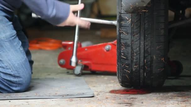 Anziehen der Radmuttern an einem Reifen
