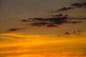 Krásná oranžová obloha západu slunce. Přírodní pozadí