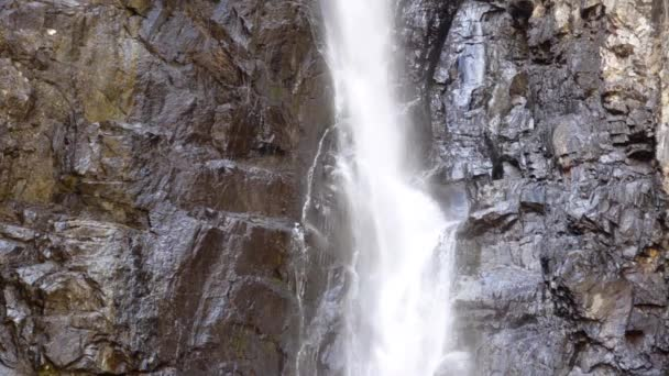 Vodopád proudy běží dolů útesu. Gveletskie vodopády. Gruzie, Kavkaz