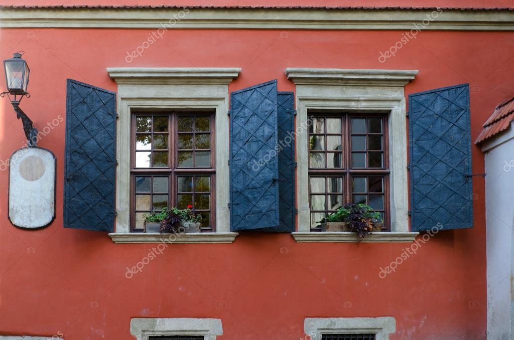 Vecchie finestre in legno con persiane di metallo foto stock somemeans 91175384 - Finestre di legno ...