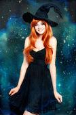 Schöne junge Frau als Halloween Hexe