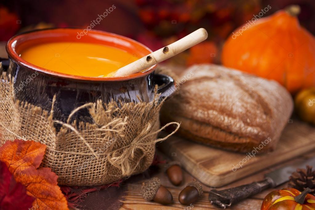 Decorazioni Autunnali Per La Casa : Zuppa di zucca fatti in casa su una tavola rustica con decorazioni