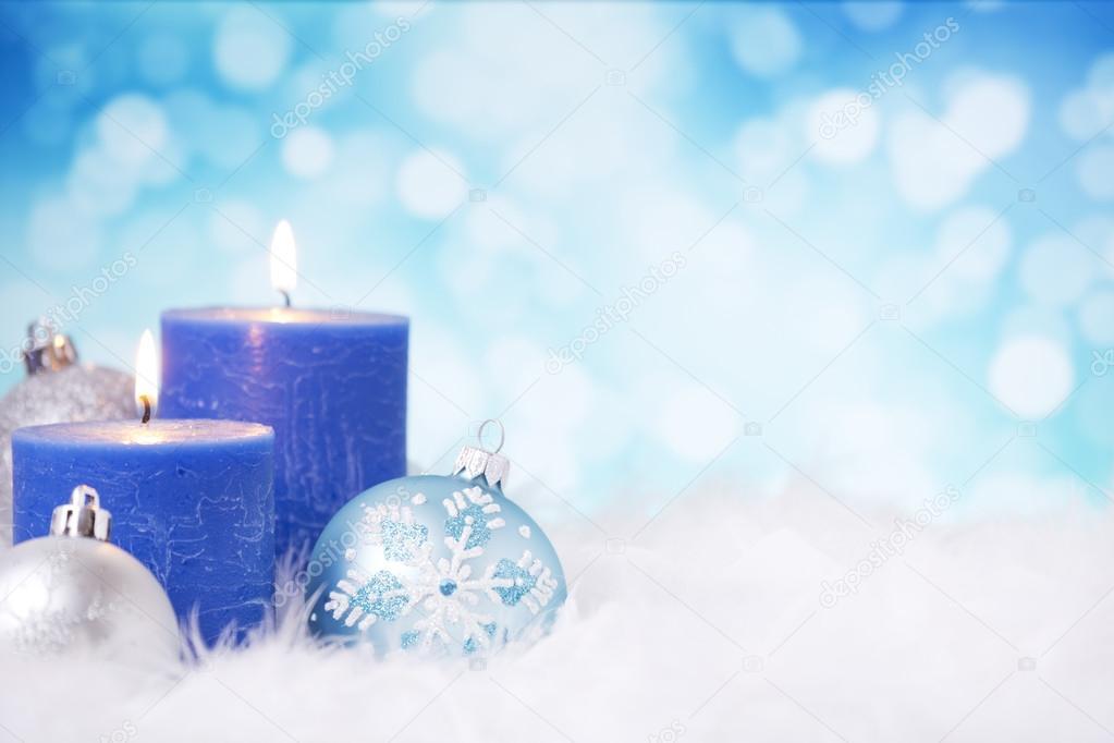 Blau und Silber Weihnachten-Szene mit Kugeln und Kerzen — Stockfoto ...