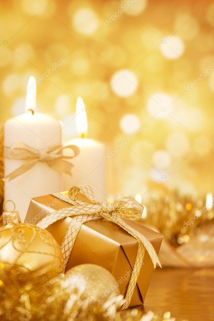 Weihnachten-Szene mit gold Kugeln und Kerzen, Geschenk, gold ...