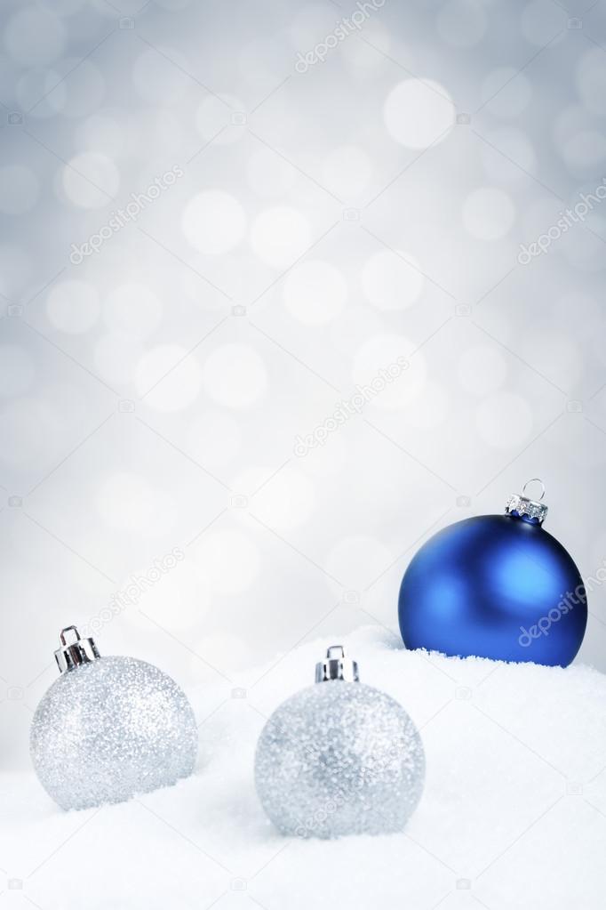 Silberne Weihnachtskugeln.Blaue Und Silberne Weihnachtskugeln Auf Schnee Silber