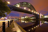 Photo Bridges over the river Tyne in Newcastle, England at night