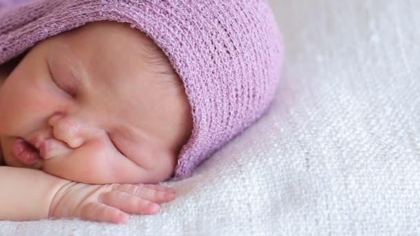 roztomilý novorozená holčička spí