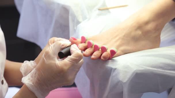 Žena dostane proceduru pedikúru v salonu spa