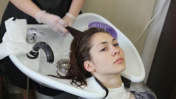 Profesionální kadeřník bělení dívky vlasy