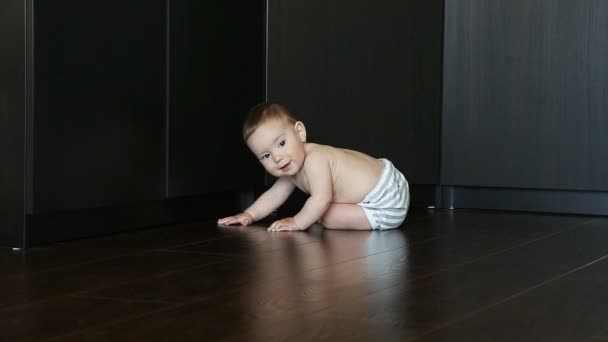 Malé roztomilé dítě procházení na podlaze