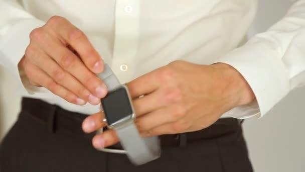 Muž klade ruku na Apple Watch