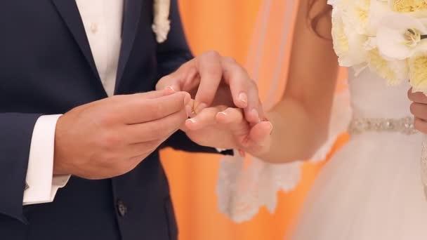 Sposa e lo sposo lo scambio di fedi nuziali, primi piani