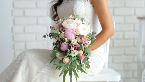 Krásné svatební kytice v ruce nevěsty