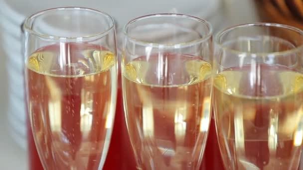 Blasen in ein Glas Champagner