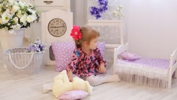 Krásná holčička hraje